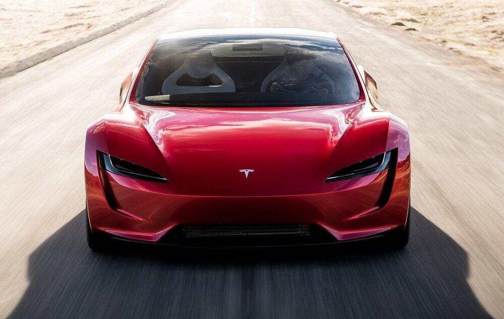 Во многом вдохновителем дизайна выступила Tesla Roadster, которая еще не вышла на рынок