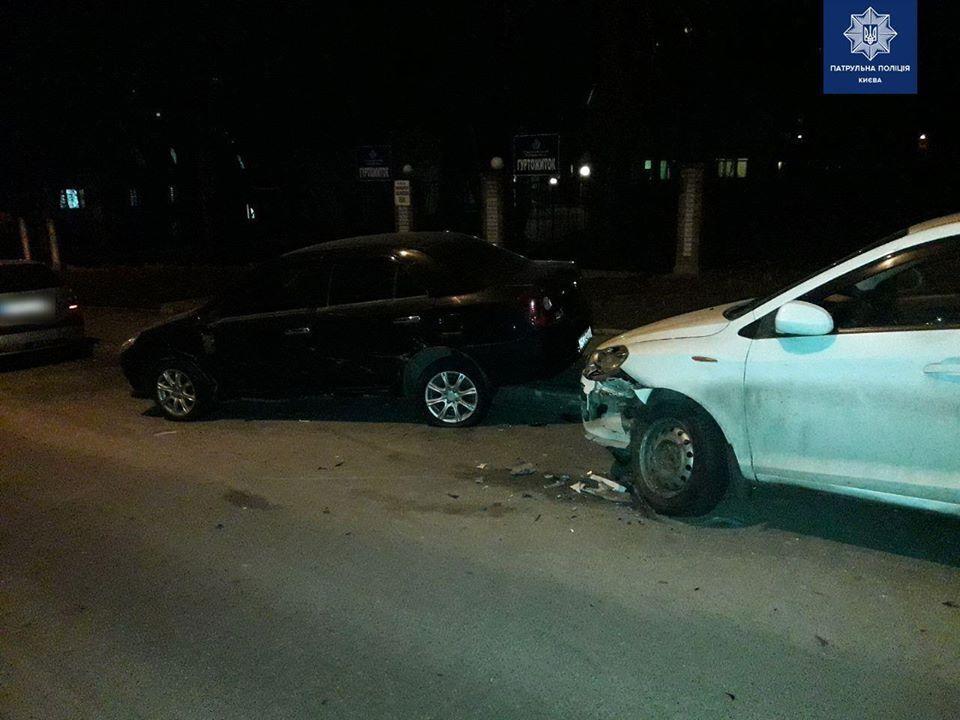 В Киеве водитель Ssang Yong совершил наезд на 4 припаркованные авто