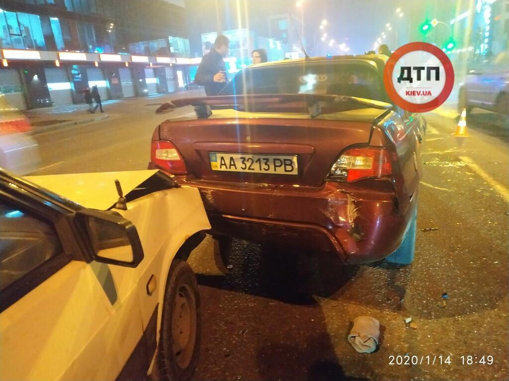 """В Киеве Toyota на скорости влетела в пробку: фото и видео """"паровозика"""""""