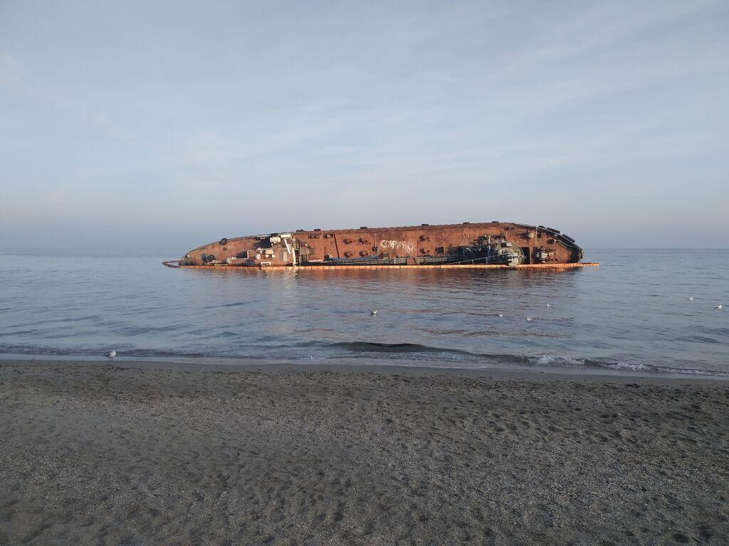 Появились свежие фото затонувшего у Одессы танкера Delfi