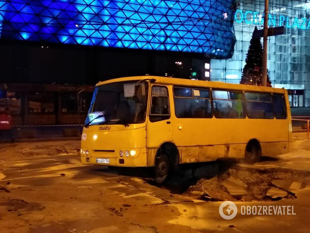 В Киеве прорвало теплосеть возле Ocean Plaza