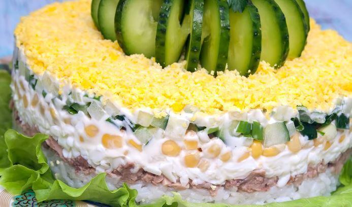 Салат з рисом і печінкою тріски.