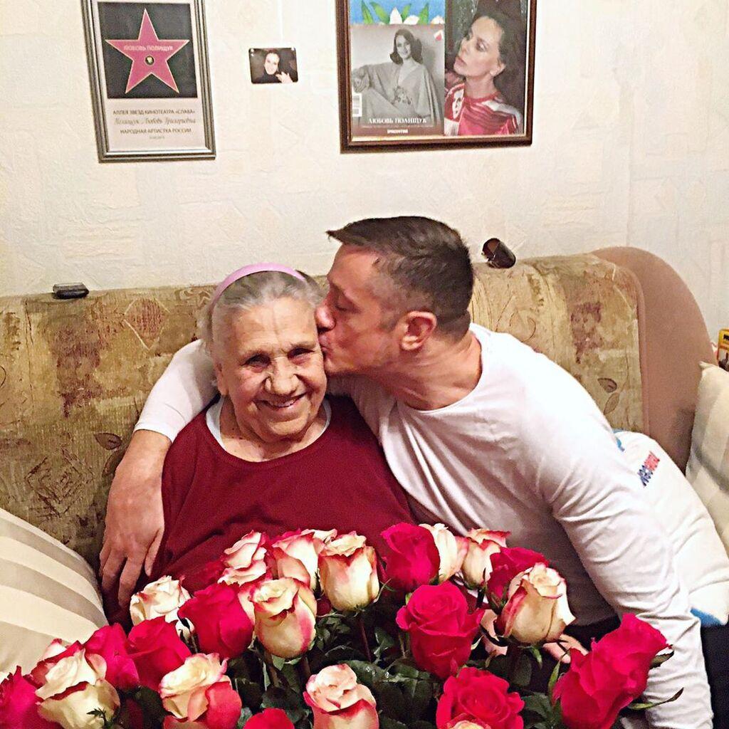 Олексій Макаров зі своєю бабусею