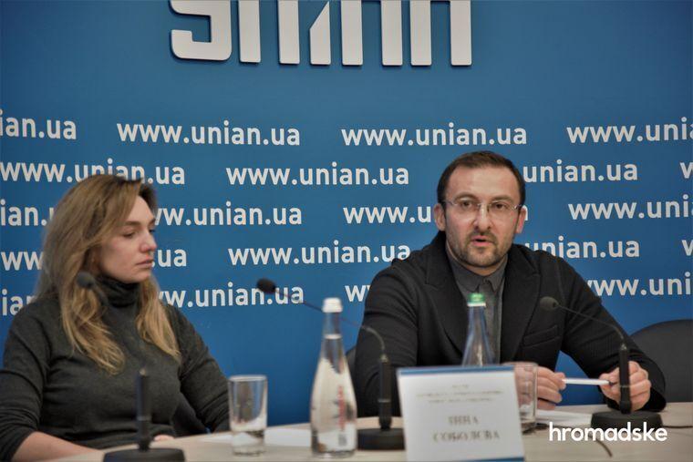 Вячеслав Соболев с женой Инной на брифинге 15 января