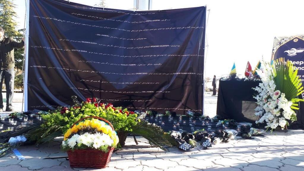 """""""Наша общая невыносимая боль"""": Зеленский почтил память погибших в катастрофе с самолетом МАУ. Фото"""