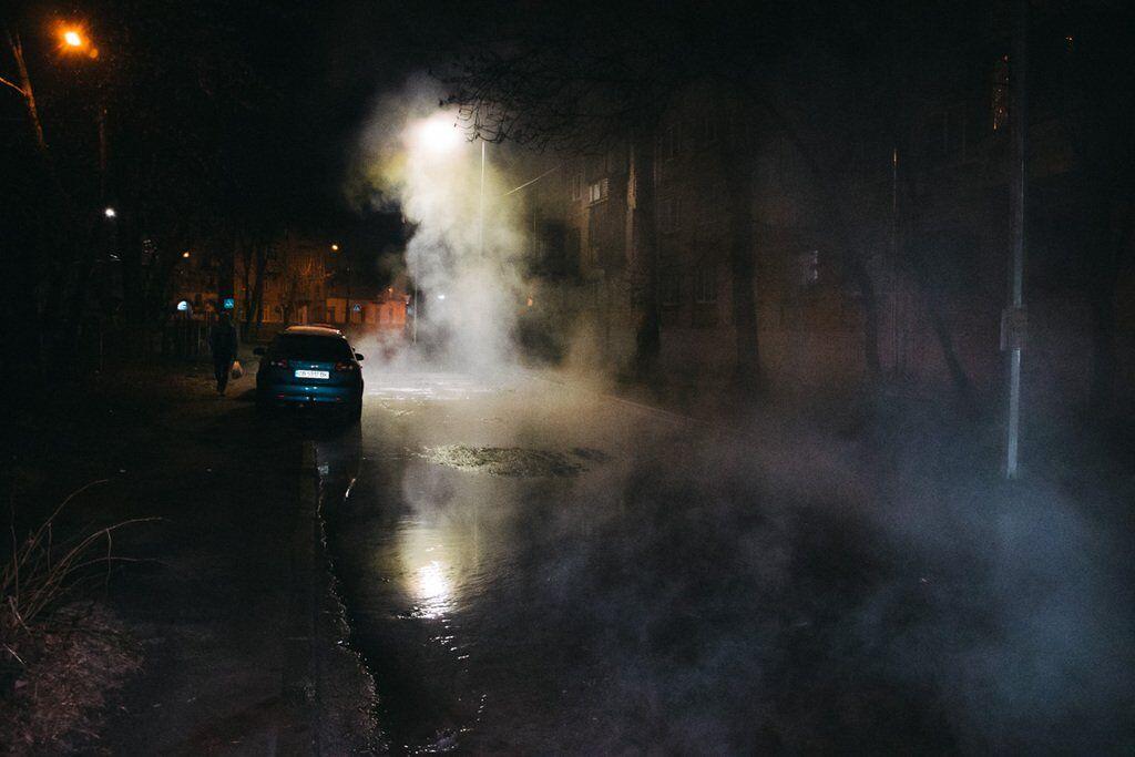 В Киеве прорвало еще одну трубу: кипяток залил всю улицу