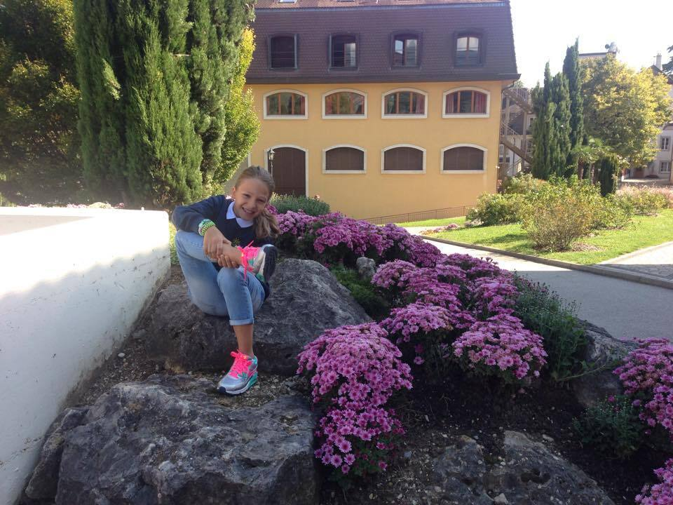 Племянница Мишустина возле корпуса школы