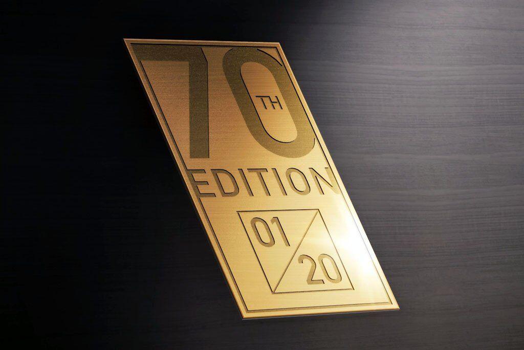 Кожен з 20-ти Morgan Plus 4 70th Anniversary Edition прикрасить позолочена емблема із зазначенням порядкового номера моделі