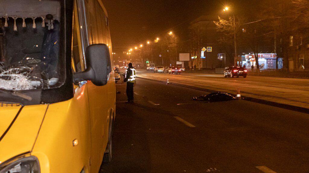 В Днепре маршрутка насмерть сбила женщину: кадры 18+