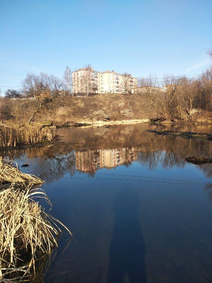На Хмельниччине фабрику заподозрили в выбросе отравы в реку
