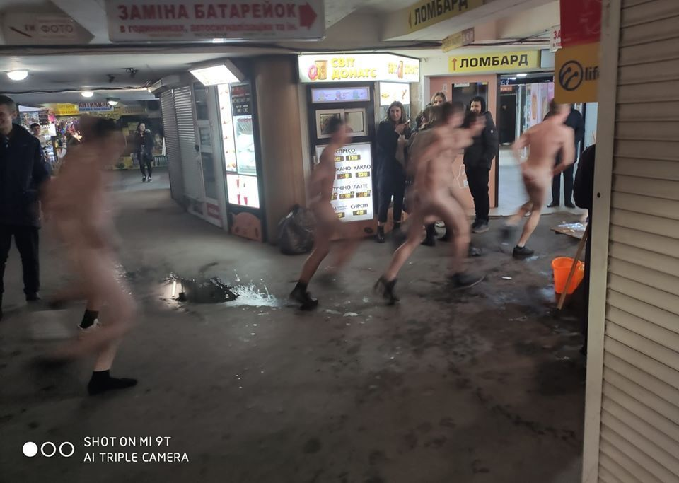 У чому мати народила: в центрі Києва влаштували голий забіг. Фото 18+