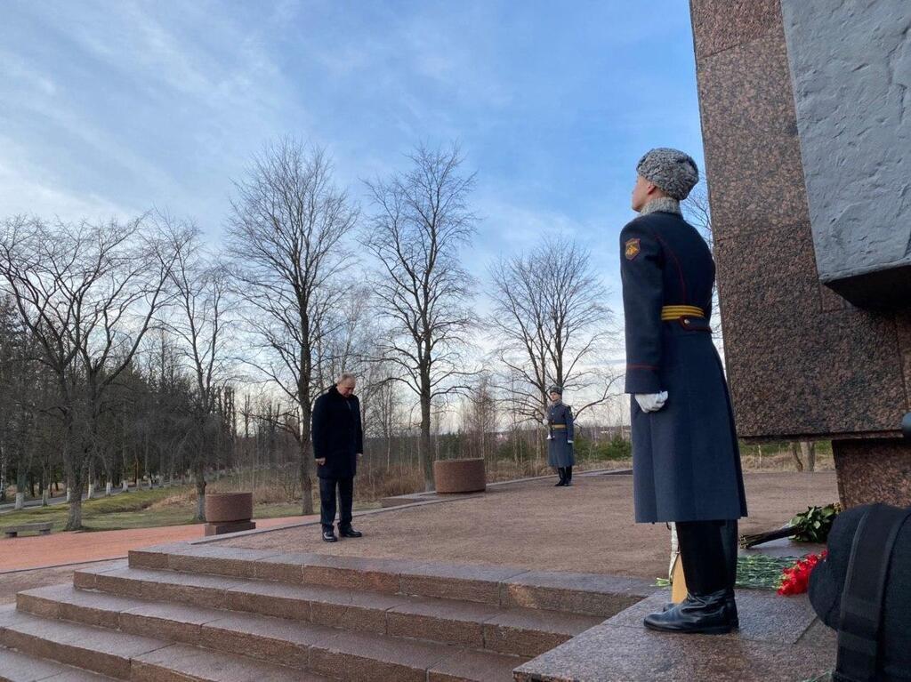 """Путін поклав квіти до монумента """"Рубіжне камінь"""""""