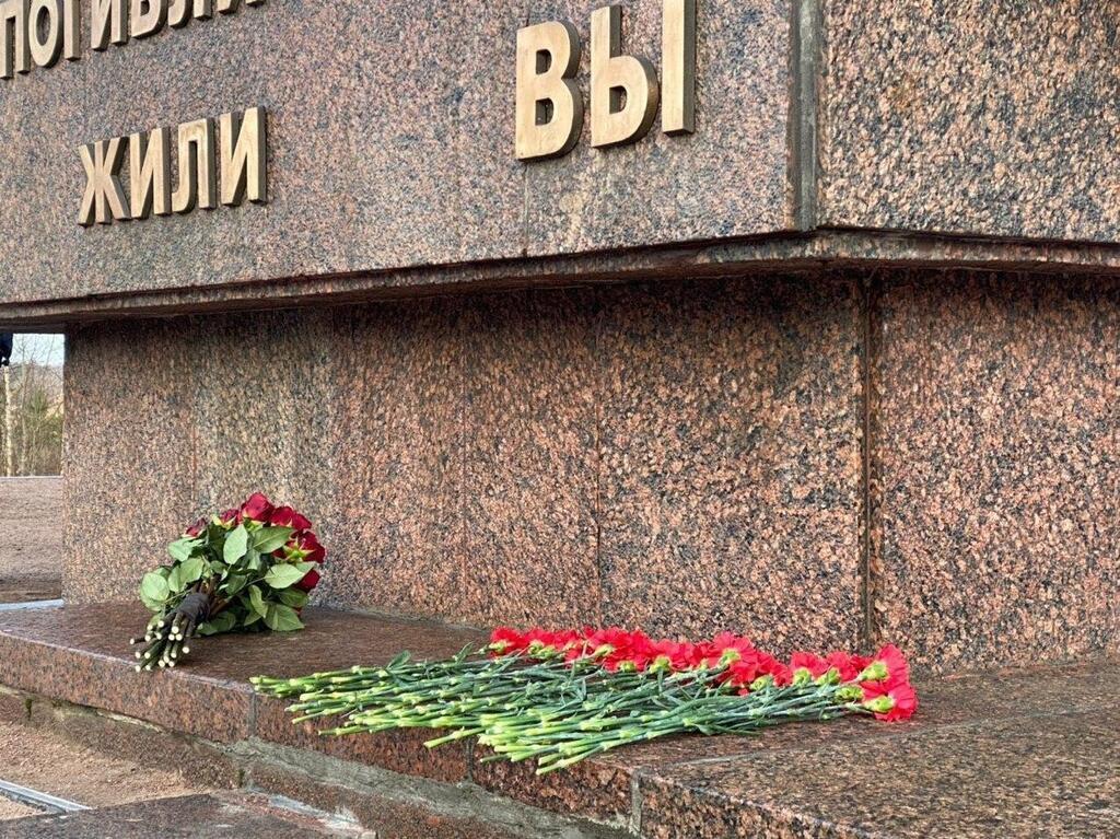 """Путин возложил цветы к монументу """"Рубежный камень"""""""