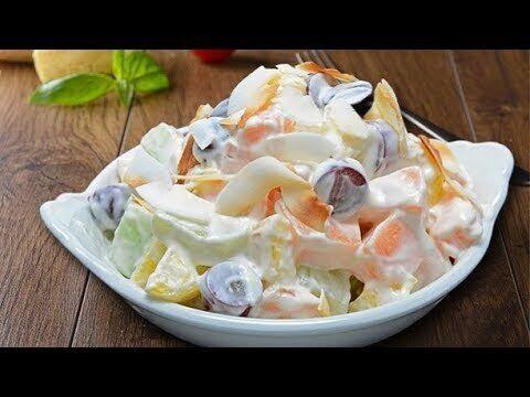 Фруктовий салат зі сметаною.