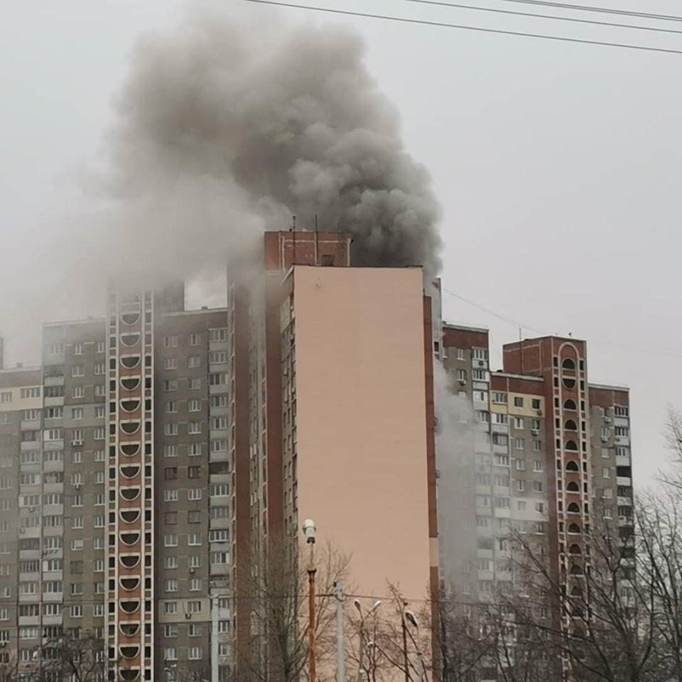Валил черный дым: в Киеве горела многоэтажка