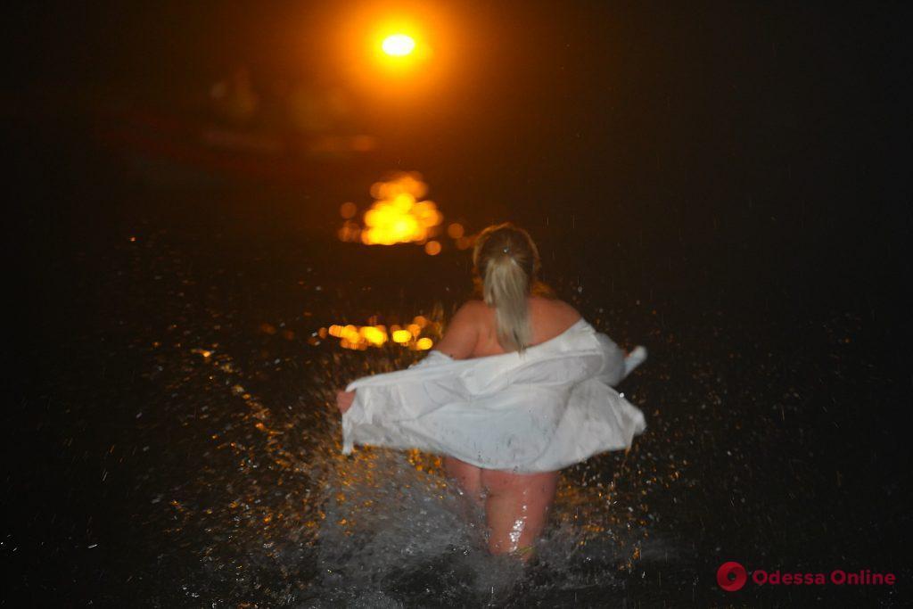 Одесситы искупались в ледяном море на Крещение