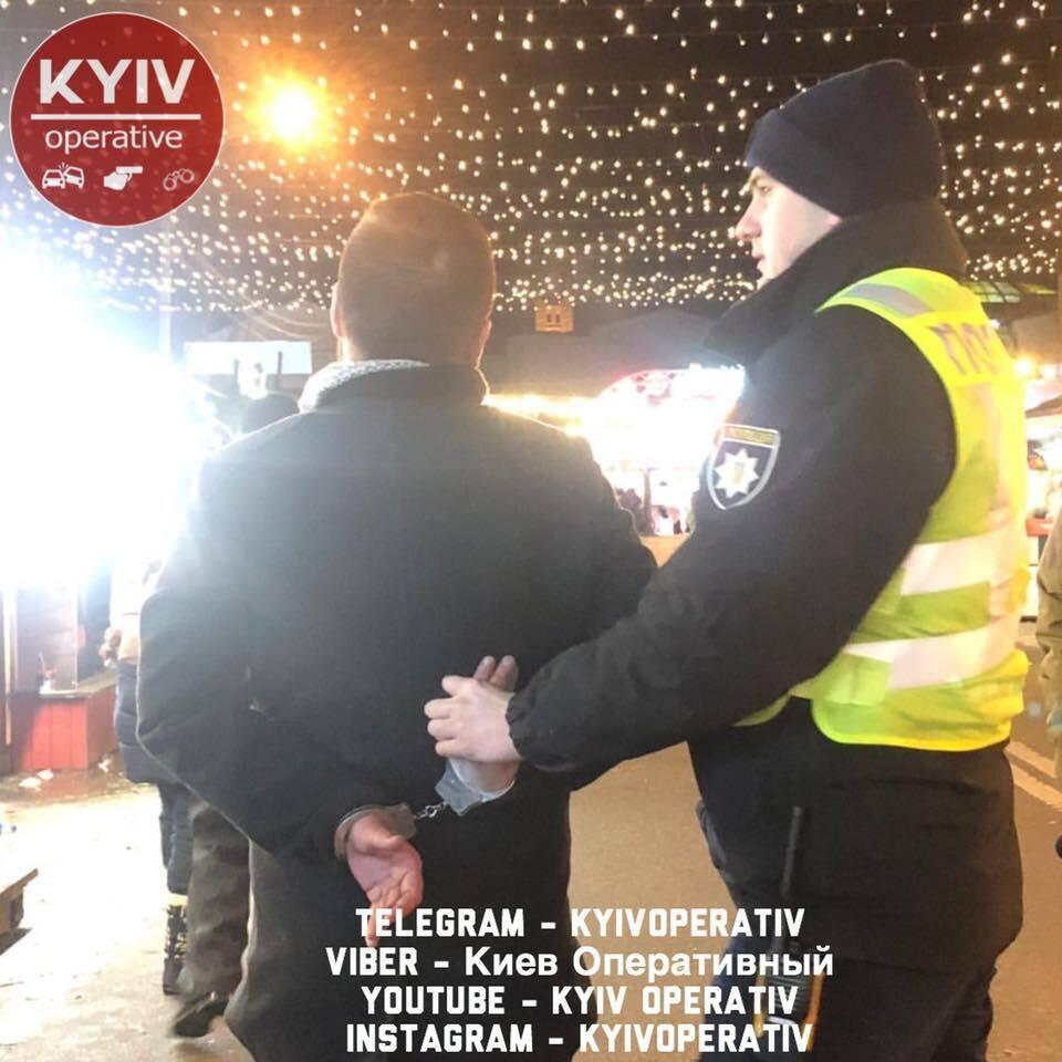 В центре Киева, на Контрактовой площади, пьяный мужчина разлил два казана с глинтвейном