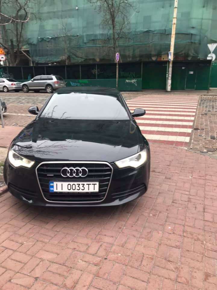 """В Киеве одного из сотрудников департамента """"К"""" Службы безопасности Украины обвинили в том, что он припарковал авто прямо на тротуаре"""