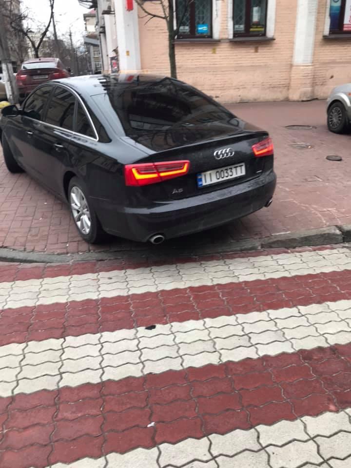 Авто перекрыло доступ к пешеходному переходу и нарушило ПДД