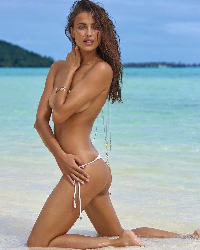 Ирина Шейк оголила грудь