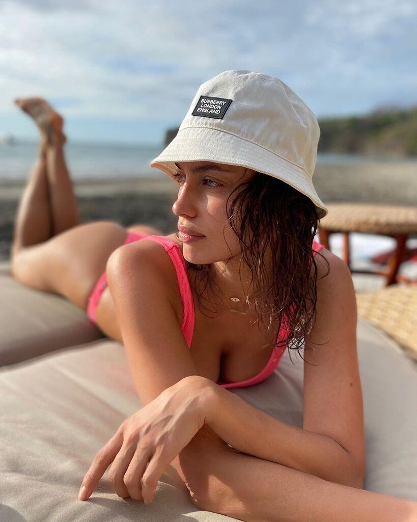 Ирина Шейк в откровенном купальнике