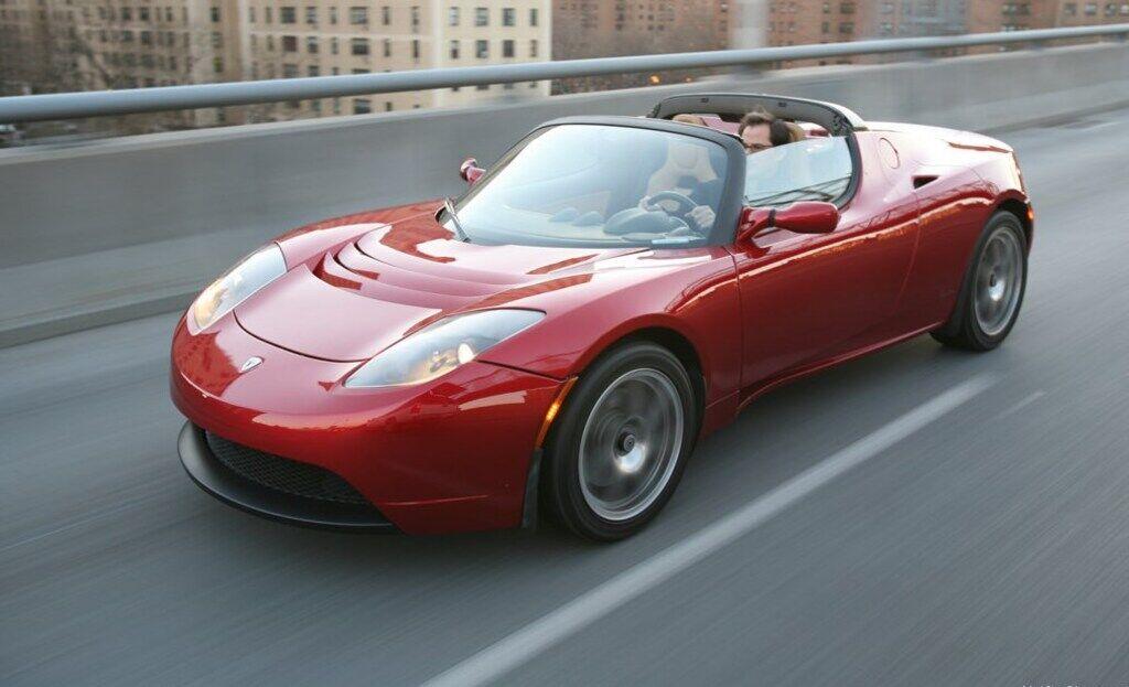 Першим автомобілем компанії був спорткар Tesla Roadster