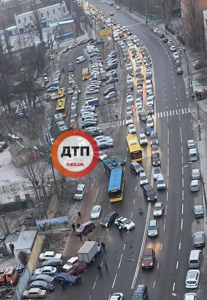 Затор у результаті ДТП на проспекті Науки у Києві
