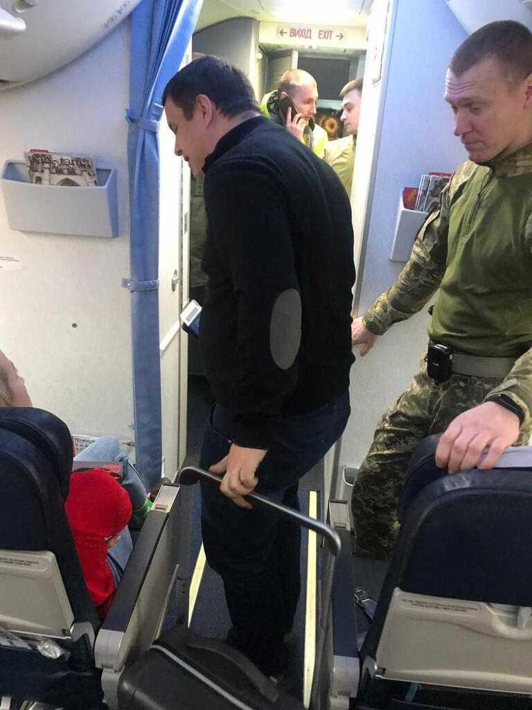 Микитася вывели из самолета