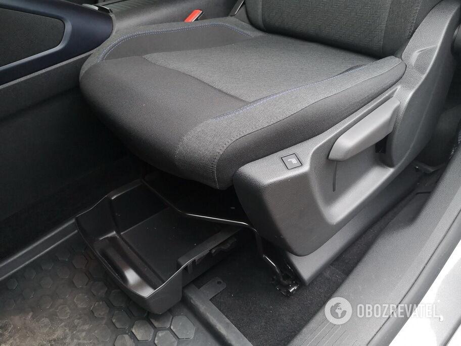 Под водительским креслом есть небольшой выдвижной ящик