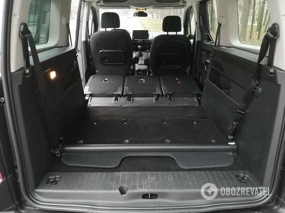 Сложенные сиденья второго ряда образуют почти ровную площадку для багажа