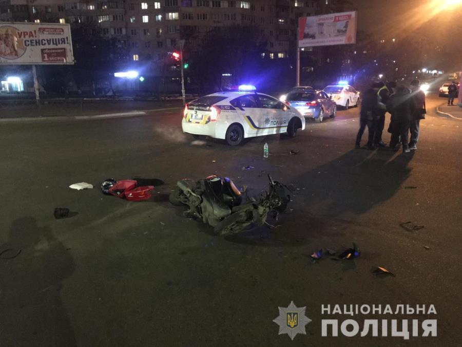 В Одессе пьяный мопедист без фар на скорости влетел в иномарку
