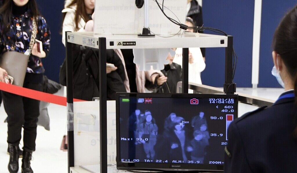 Приїжджі з Уханя проходять через сканери температури тіла в аеропорту Наріта (Токіо)