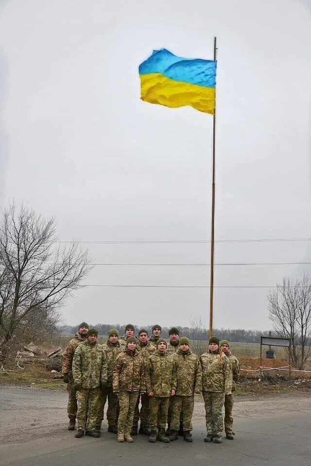 Воины подняли в Авдеевке огромный флаг Украины в День Соборности