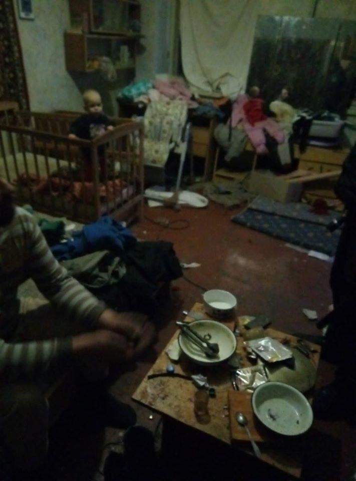 Спецназ посреди ночи спас детей от неадекватных родителей в Одессе