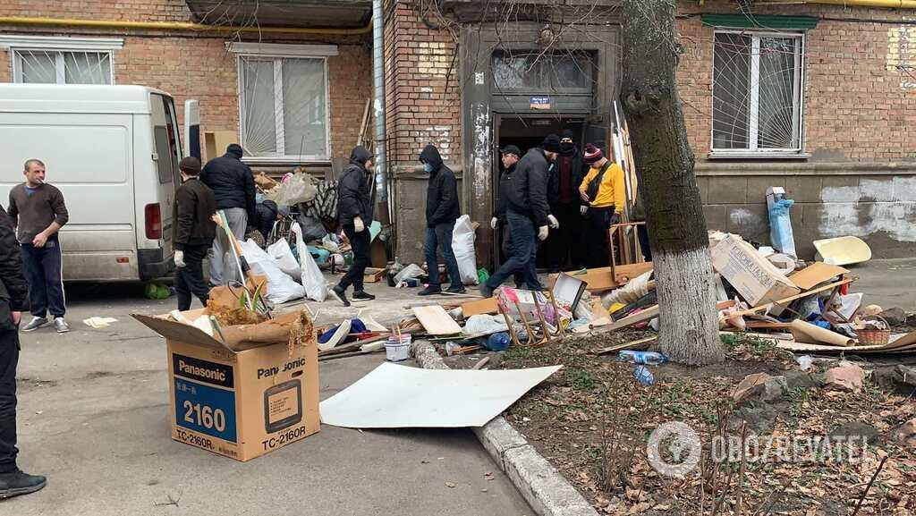 Неизвестные выносят из помещений вещи жильцов