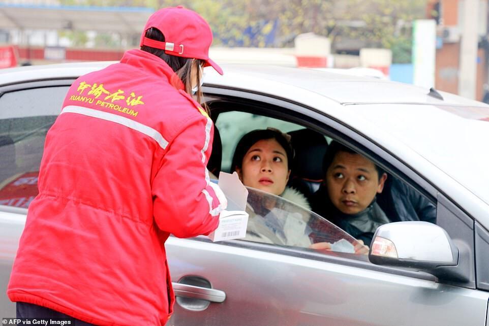 Пасажирам у машині пропонують захисну маску. Чунцин, Китай