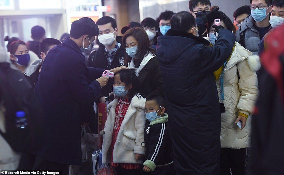 Перевірка температури на залізничній станції Ханчжоу на сході Китаю