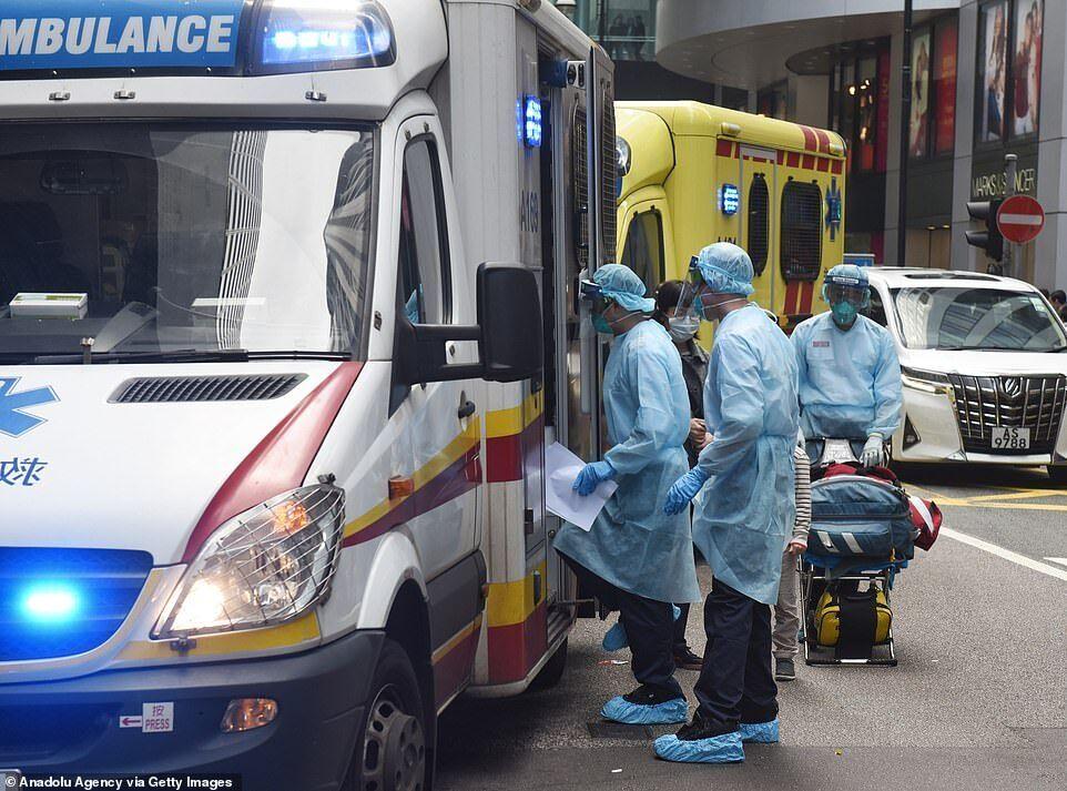 Медичні працівники в Гонконзі, одягнені в захисне спорядження
