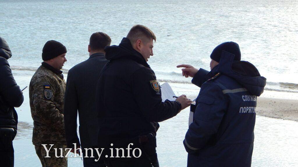 Огромная авиабомба? На пляже под Одессой нашли подозрительный предмет