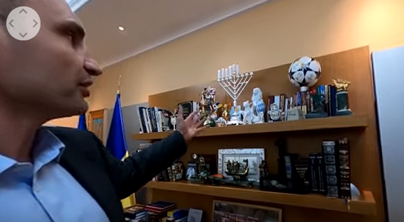 Кличко провів віртуальну екскурсію по своєму кабінету