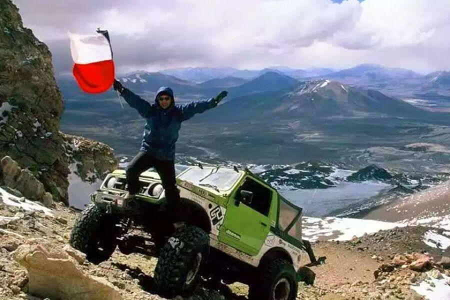 В апреле 2007 году Гонзало Браво и Эдуардо Каналес Мойя забрались на модернизированном Suzuki Samurai на высоту 6688 м