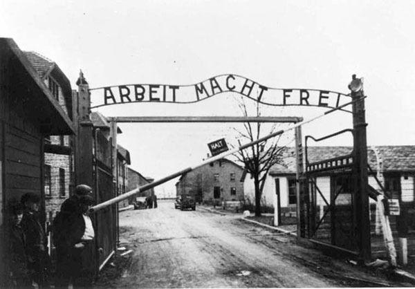 """""""Работа освобождает"""" – надпись над входом в концлагерь Аушвиц"""