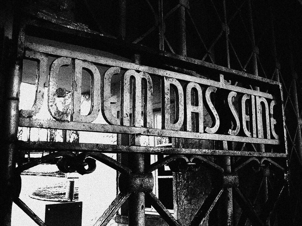"""Каждому своё"" — надпись на входе в Бухенвальд"