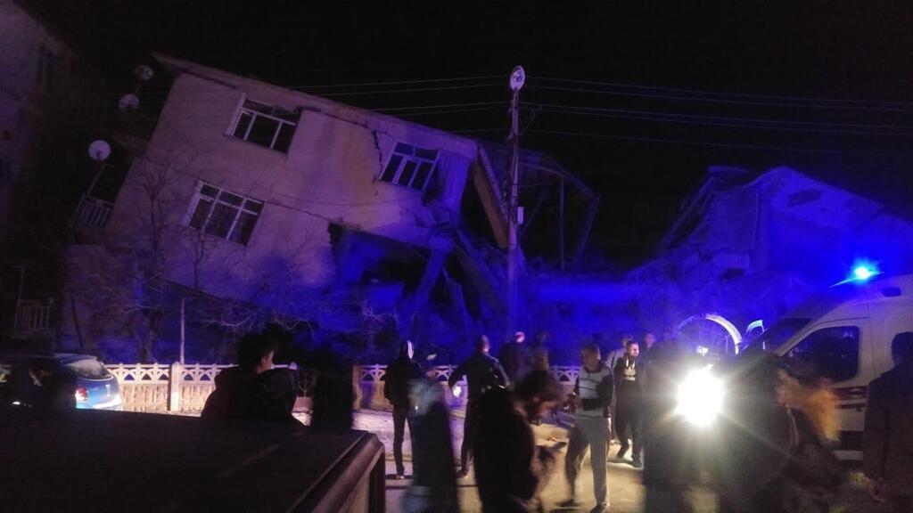 В Турции из-за землетрясения погибли люди