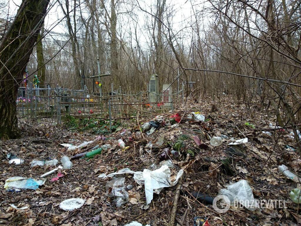 Сміття на Солом'янському кладовищі