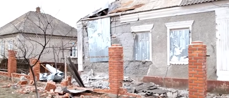 Разрушенный дом после обстрела