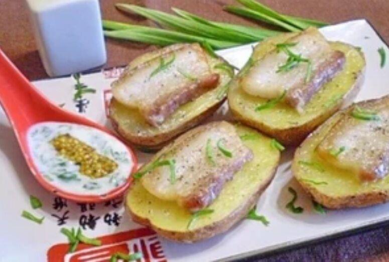 Рецепт чудової картоплі з салом і часником в духовці