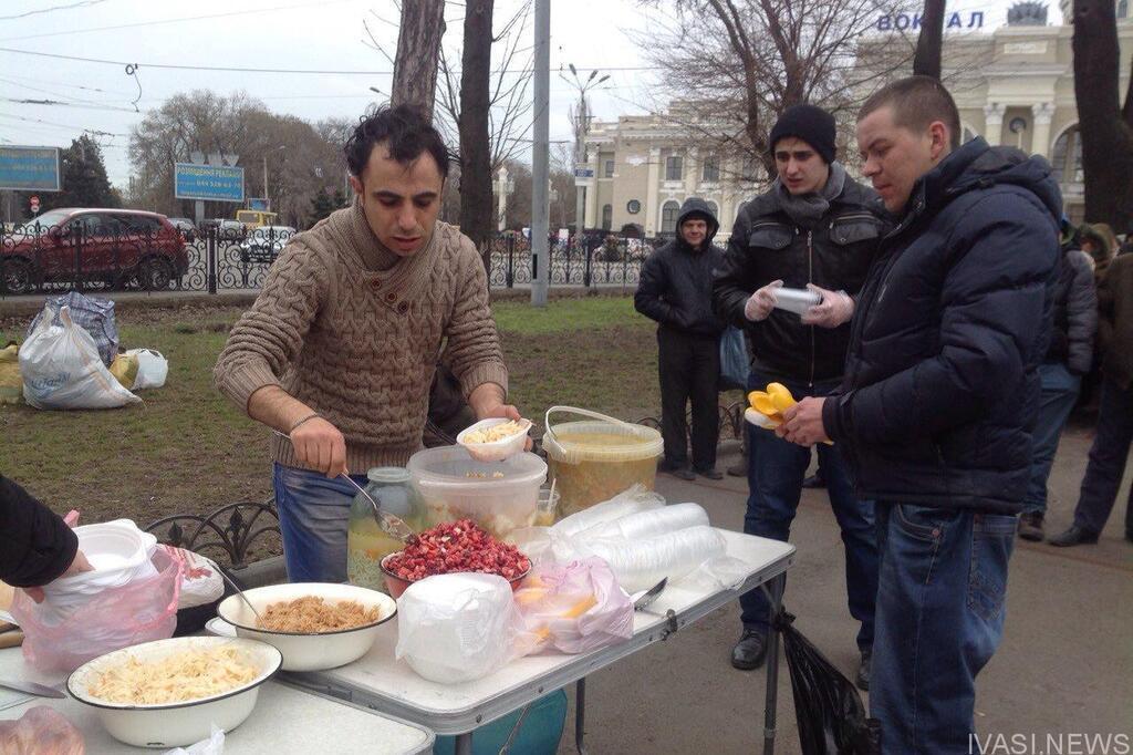 Одесских бездомных накормили красной икрой