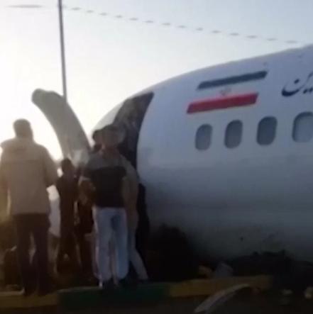 Евакуація пасажирів із літака, що потрапив у НП в Ірані