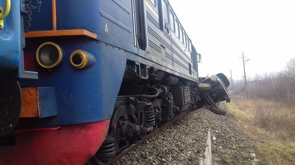 На Закарпатье поезд врезался в грузовик
